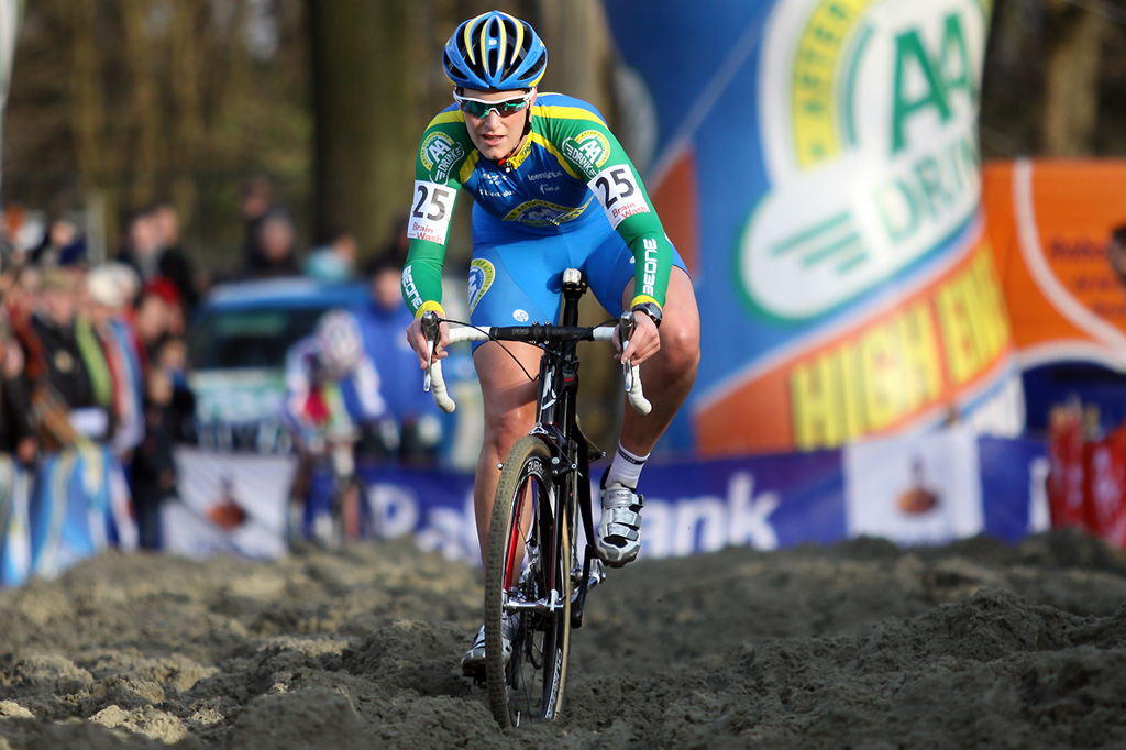 Monique van de Ree powers through the sand. © Bart Hazen