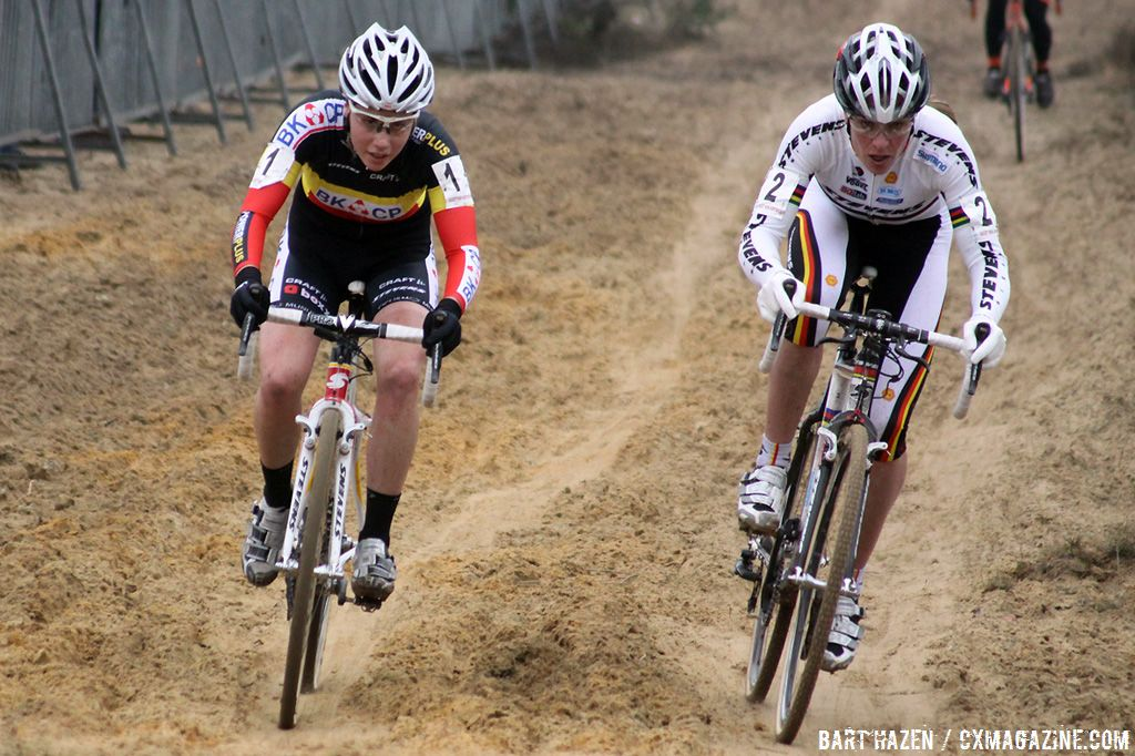 Hanka Kupfernagel and Sanne Cant leading the race in the penultimate lap.