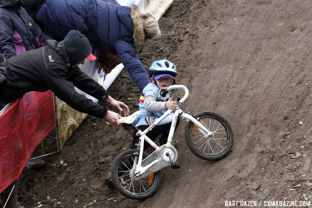 Kiddy Crossers get a helping hand © Bart Hazen