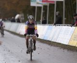 Sanne Cant crosses the line second. © Thomas van Bracht