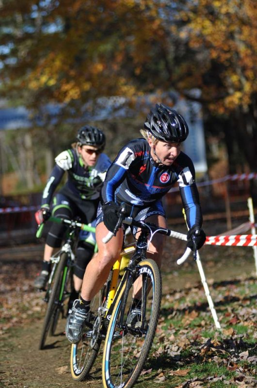 Van Gilder (C3/Athletes Serving Athletes) leads Sally Annis (crossresults.com p/b JRA Cycles) © Dave Chiu