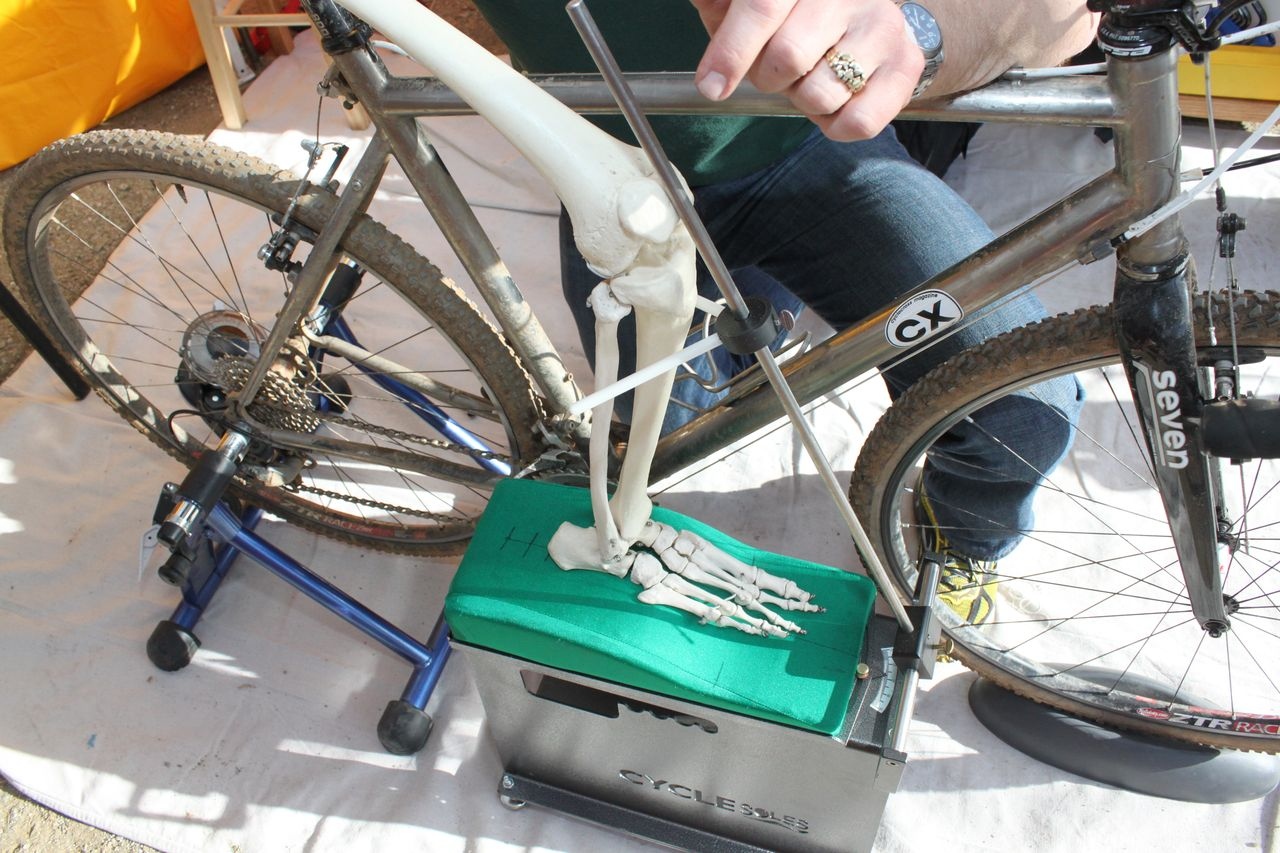 Cyclesoles uses custom tools to measure knee alignment and foot position while you're on the bike. © Cyclocross Magazine