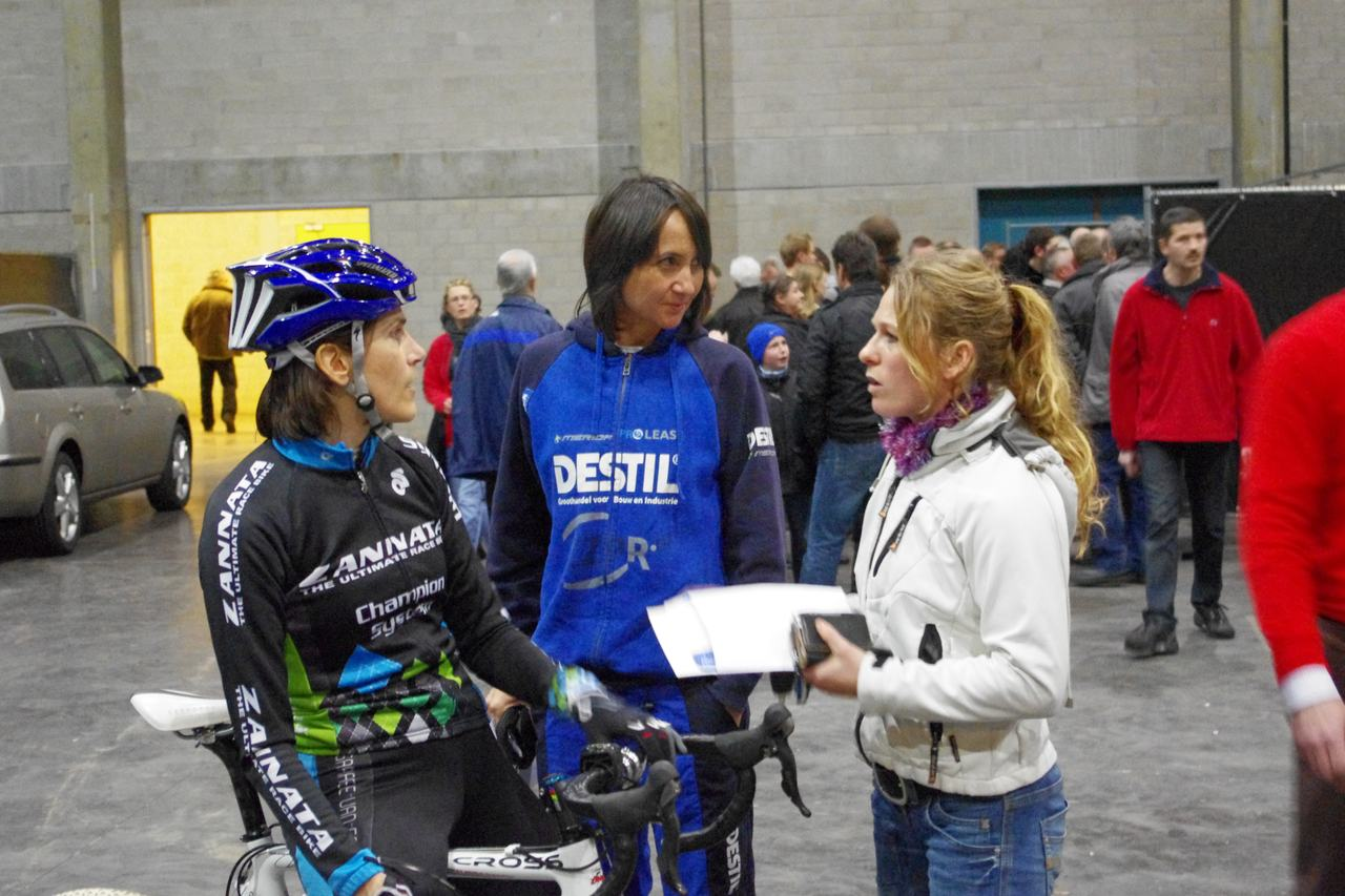 Christine talking with Reza Hormes-Ravenstijn and Daphny Van den Brand before the race.  ? Jonas Bruffaerts