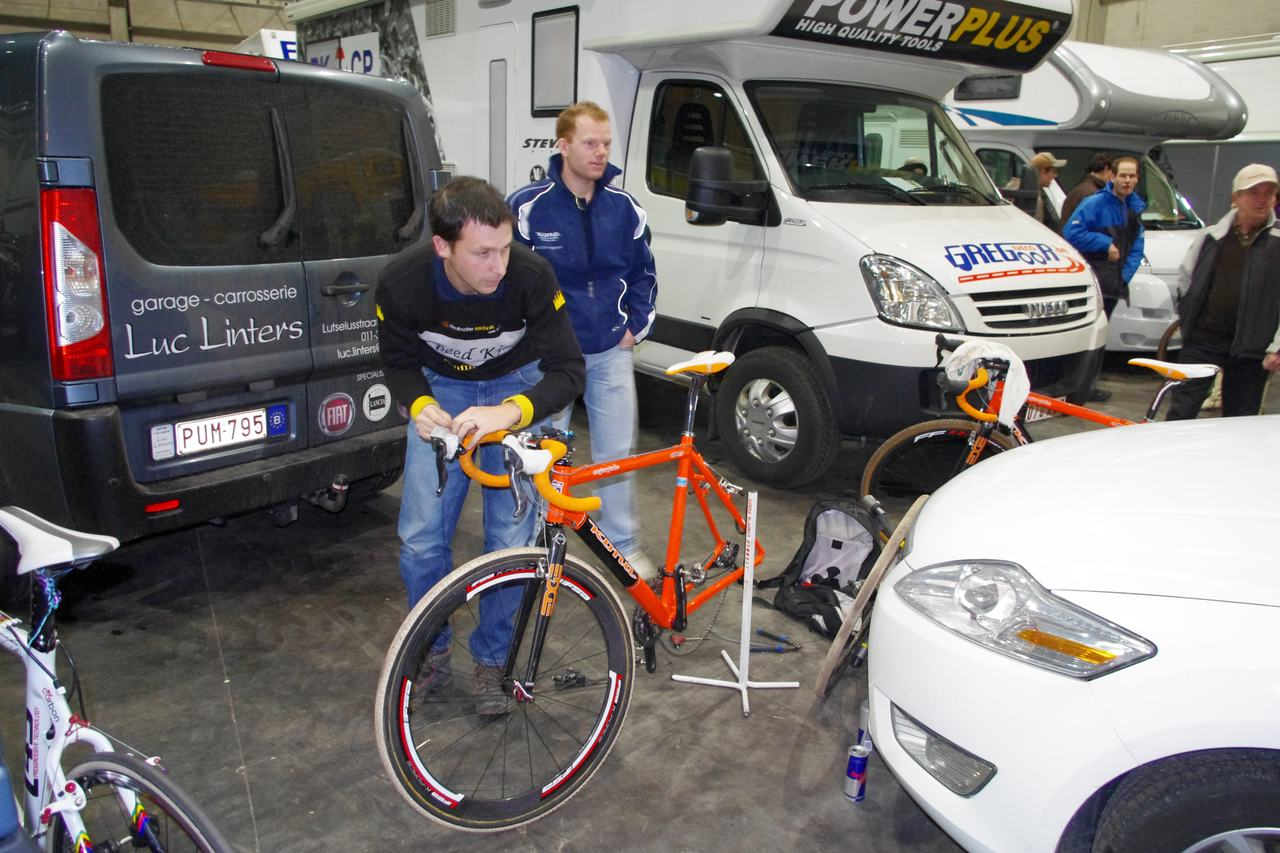 Stefan Wyman working on Helen\'s bike.  ? Jonas Bruffaerts