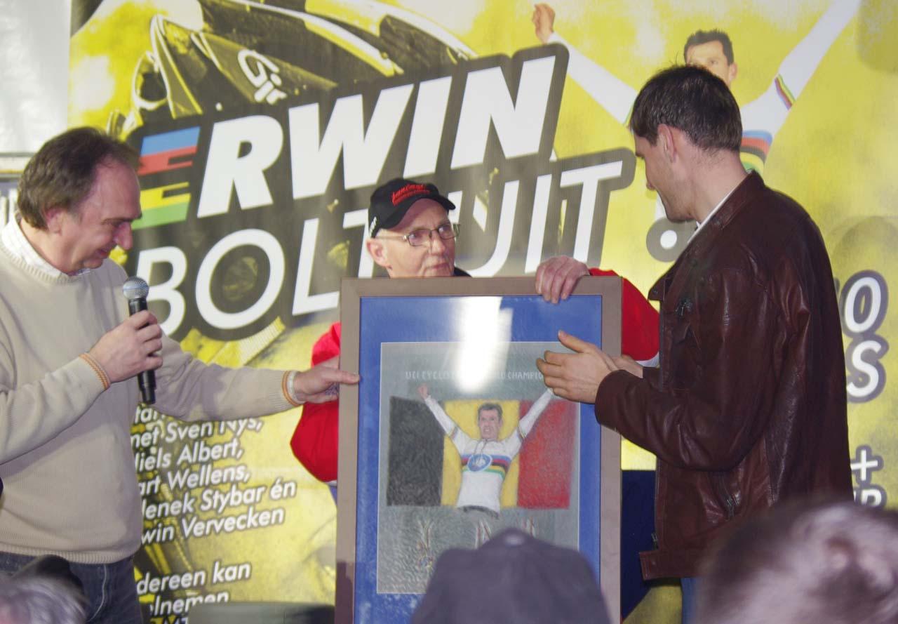 Vervecken's fans present him with a framed photo. ? Jonas Bruffaerts