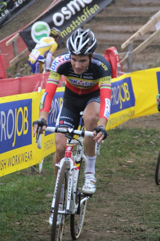 Niels Albert chasing after Nys and Pauwels after his mini pedal mishap. ©Lydia van de Meerssche