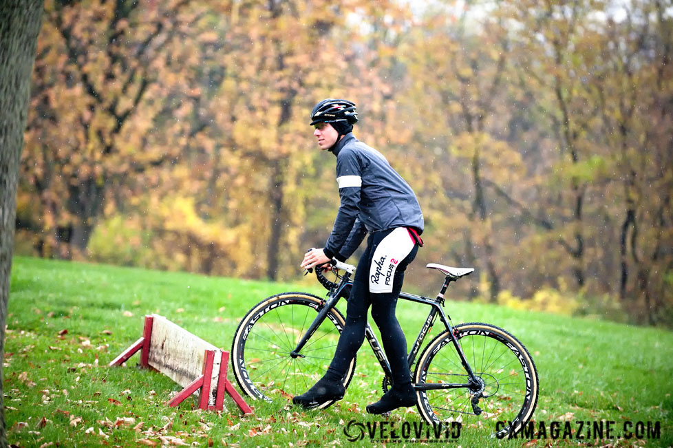 Powers shows proper barrier technique at the Harbin Park Cyclocross Clinic © VeloVivid