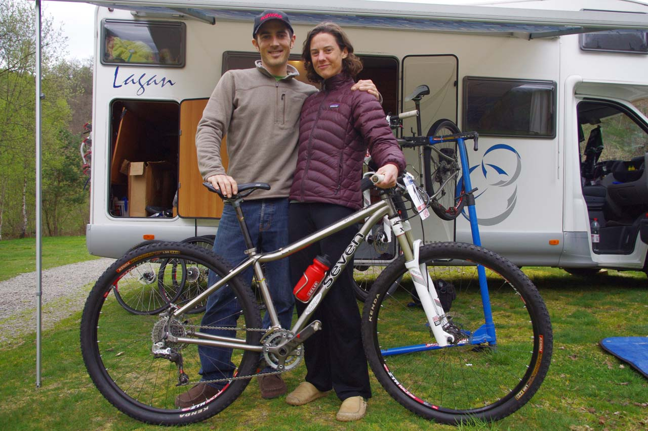 Broderick and McConeloug pose with a Seven 29er ? Jonas Bruffaerts
