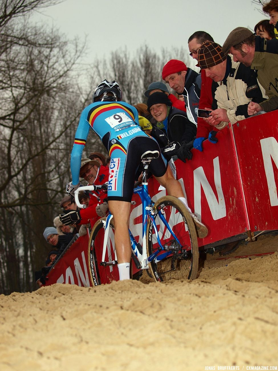 Niels Albert powers through the sand. © Jonas Bruffaerts