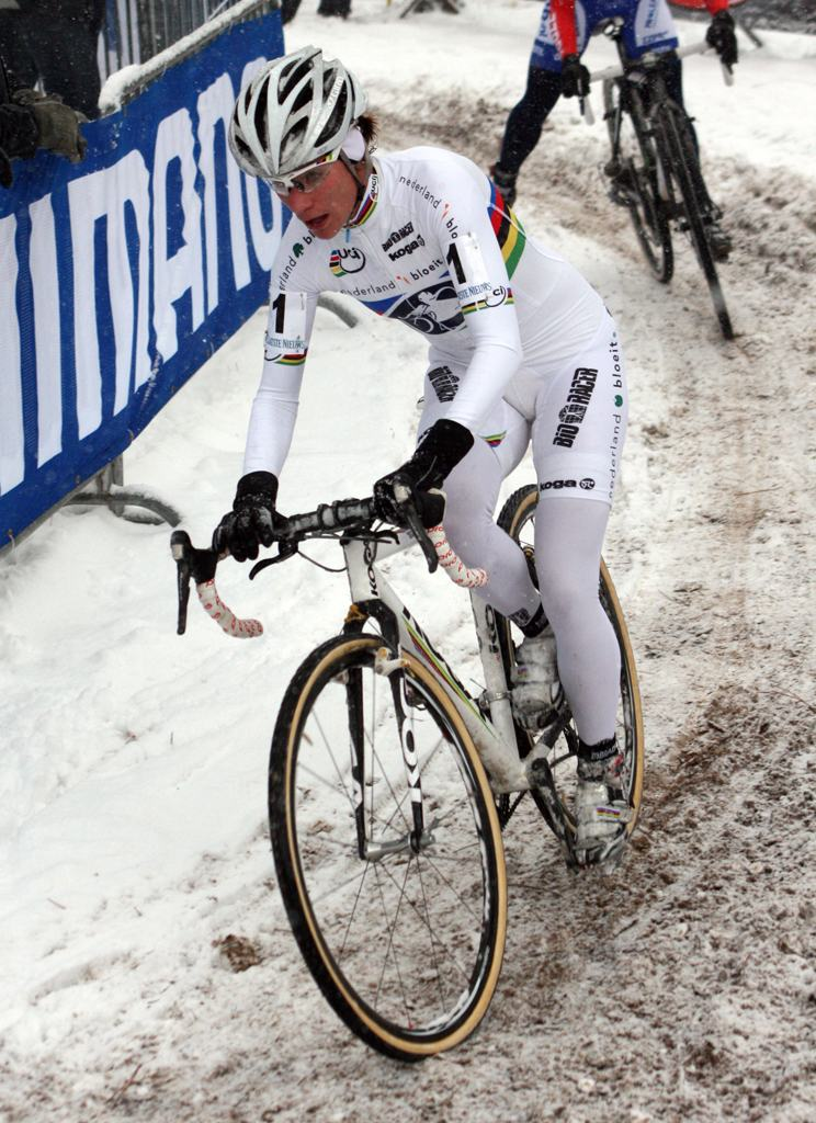Who says the step-through is dead? World champ Vos gets ready to dismount. ? Bart Hazen