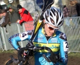 Gabby Day shoulders the bike in Koksijde. © Bart Hazen