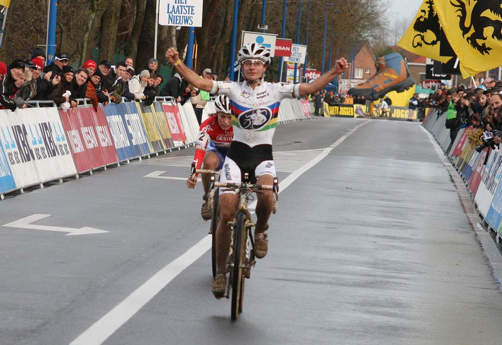 Vos takes another sprint victory. Koksijde Elite Women World Cup 11/28/2009 ?Bart Hazen