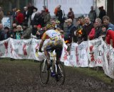 The crowd urges Wellens through the mud © Bart Hazen