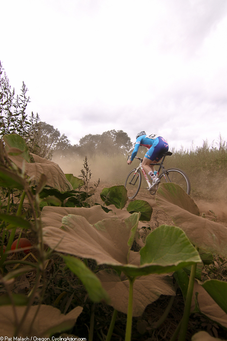 Pete Groblewski (Gentle Lovers) winds through the dusty farm road  © Oregon Cycling Action