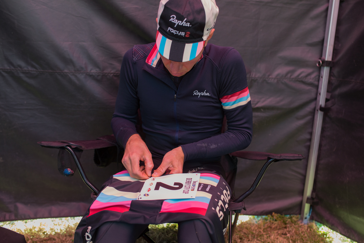 Jeremy Powers finds a quiet moment to pin numbers before his victorious ride in the Elite Men\'s race Sunday. © Wil Matthews