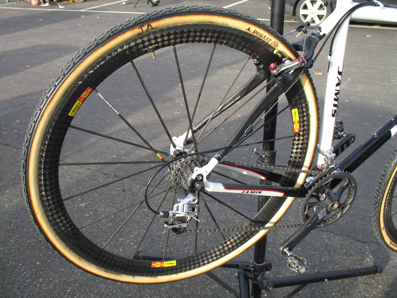 The rear end of the Supernova is shaped to maximize power, but still have decent mud clearance. ? Cyclocross Magazine
