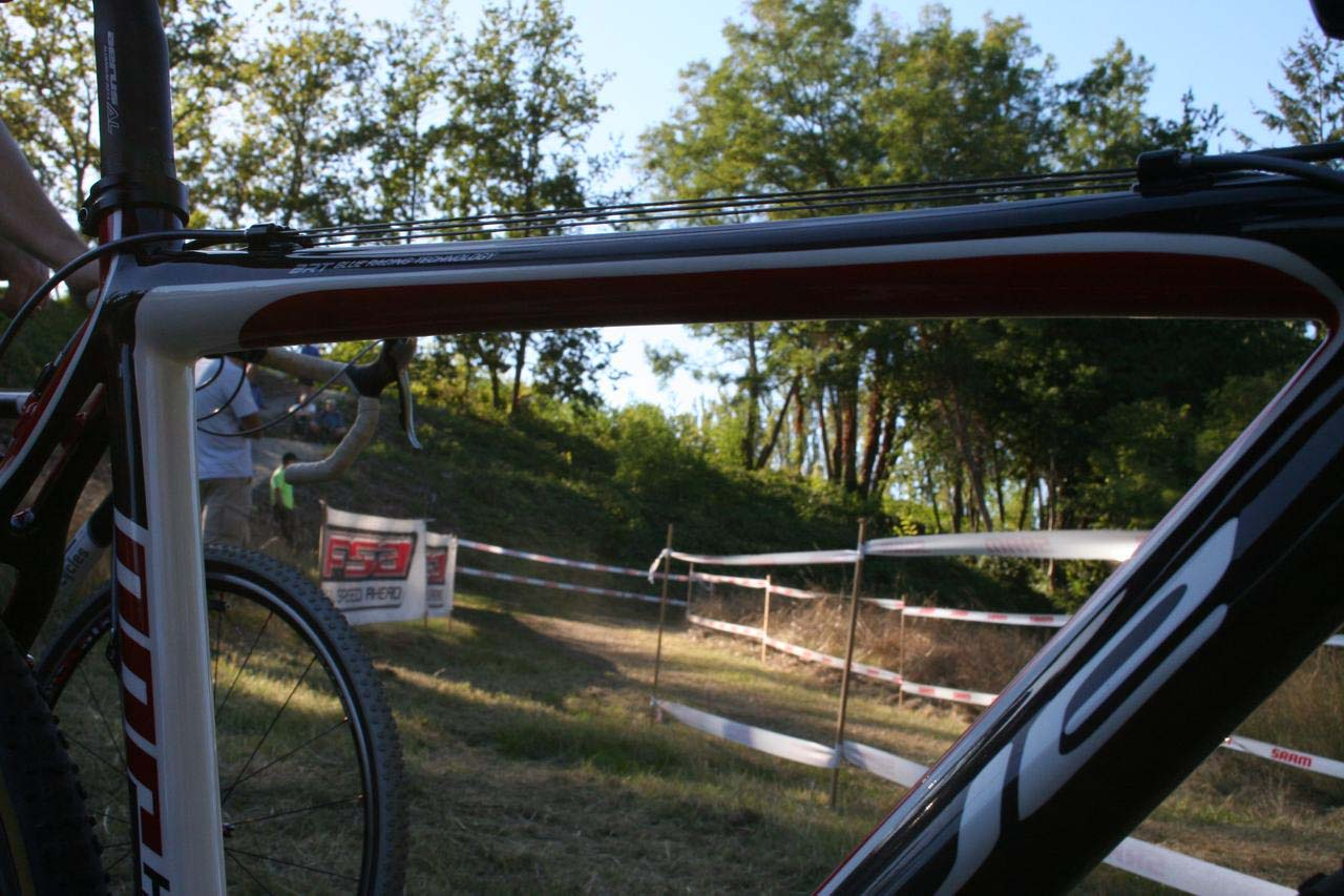Top tube cable routing keeps things out of the mud. © Cyclocross Magazine