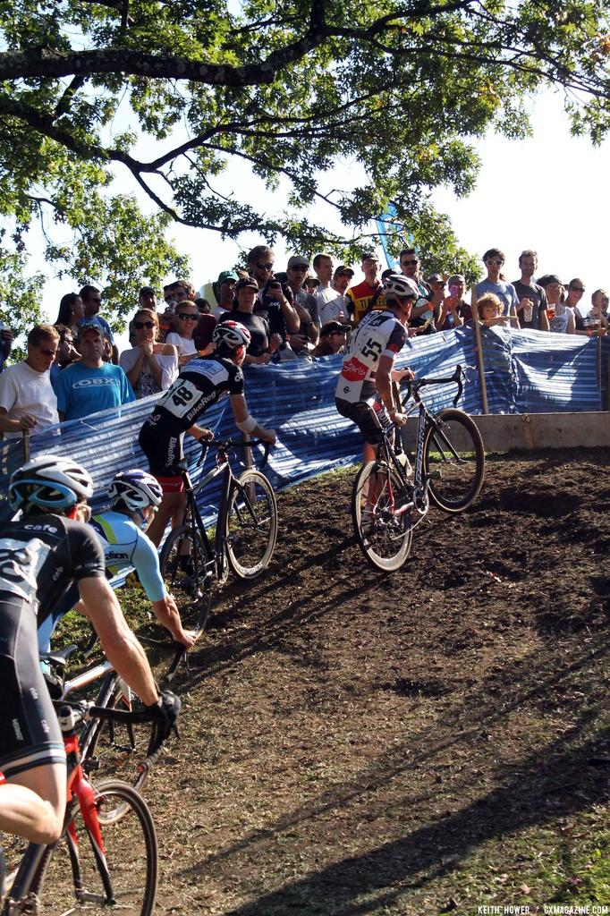 The men\'s pack dismounts ahead of the barriers. © Cyclocross Magazine