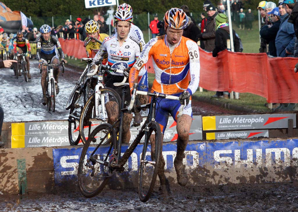 The elite men's field coming through the barriers. ? Bart Hazen