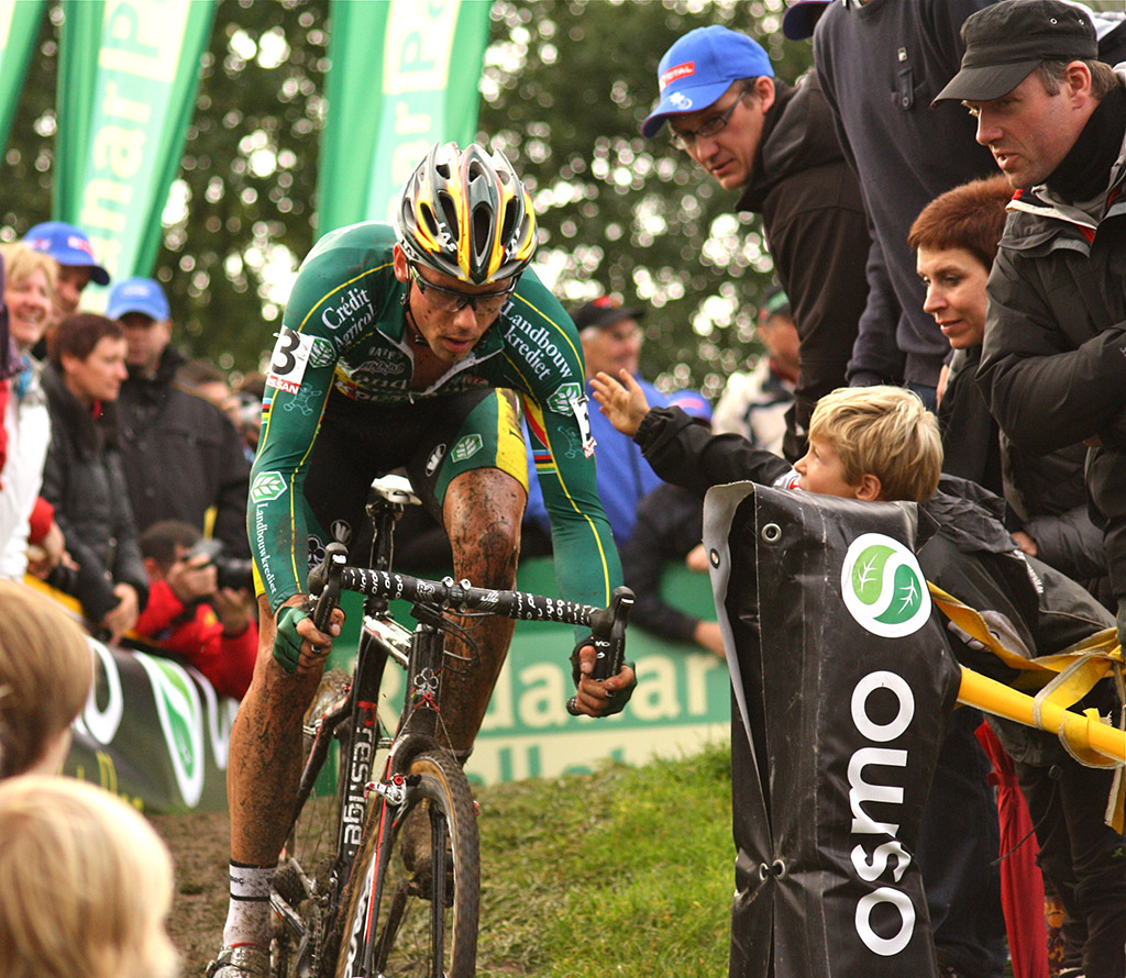 A young fan reaches out to support Sven Nys © Dan Seaton