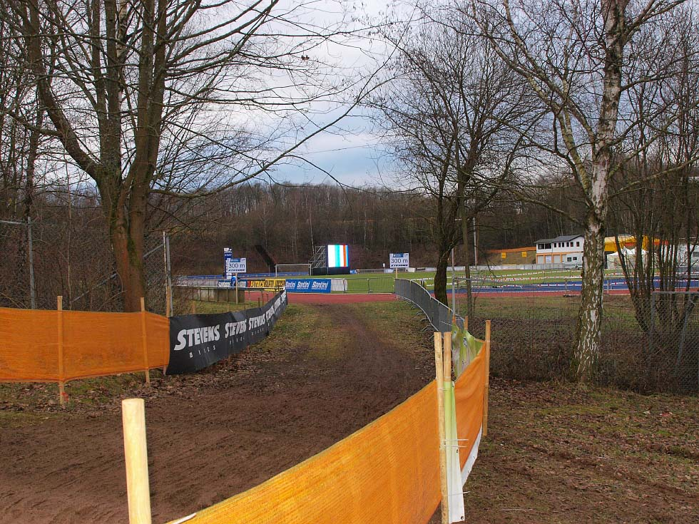 The course includes time on a running track. © Jonas Bruffaerts