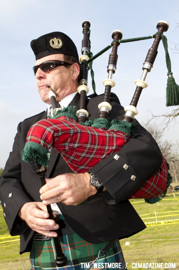 A bagpipe player gave the race an international feel. © Tim Westmore