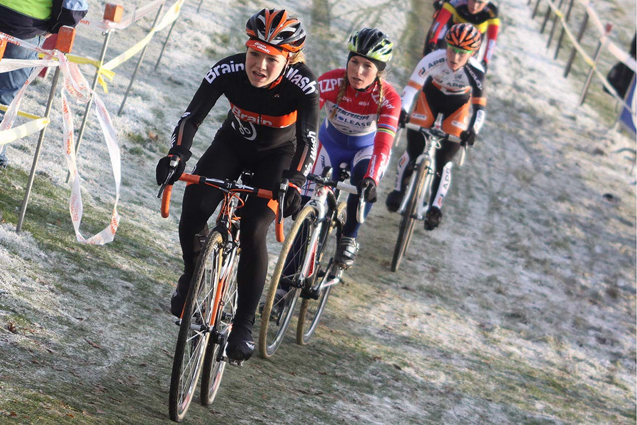 Van Paasen leads van den Brand and the rest of the women's field © Bart Hazen