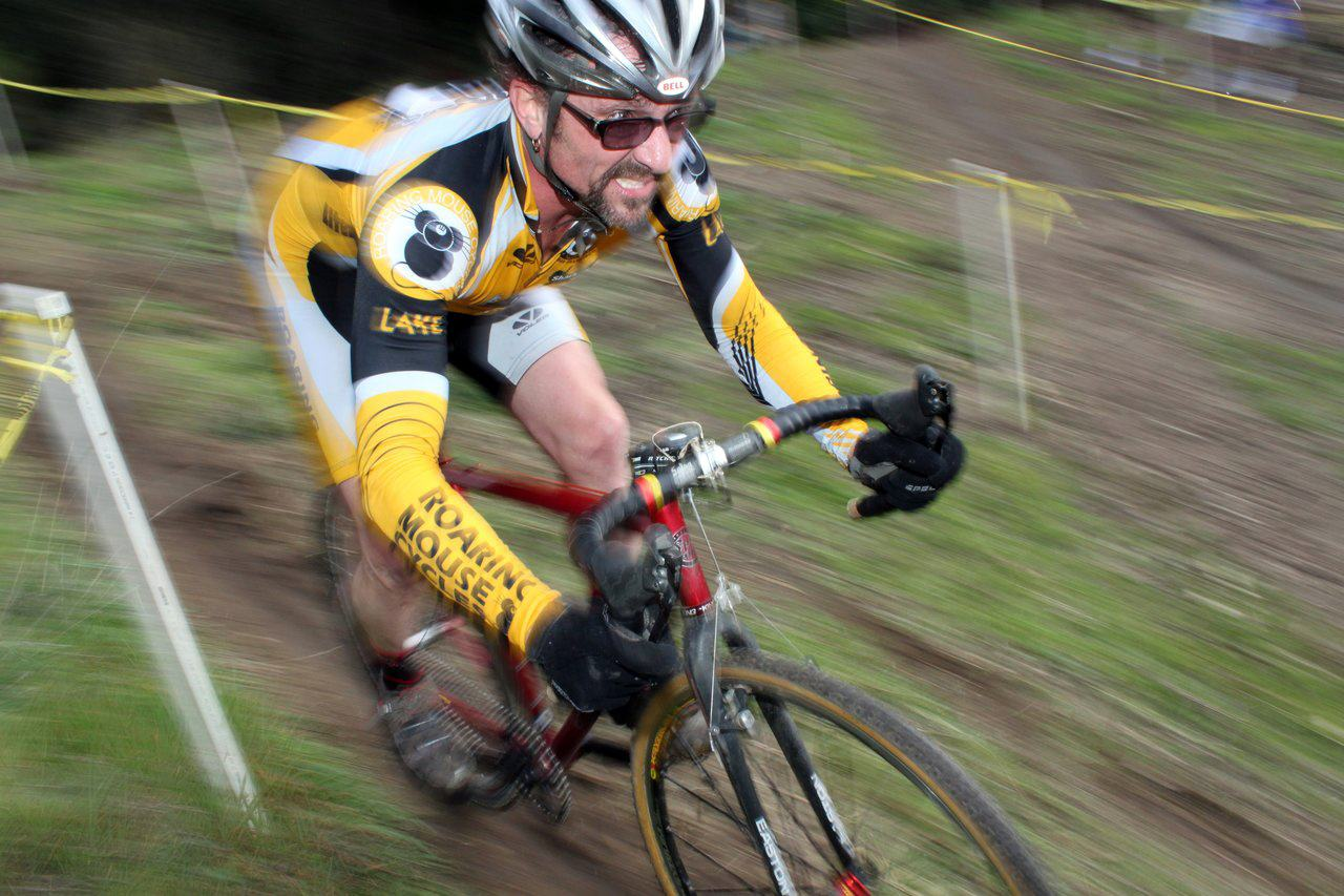Paule Bates rips up a descent on his singlespeed. Surf City Cyclocross Series Finale, Aptos High School, 1/10/10. ? Cyclocross Magazine