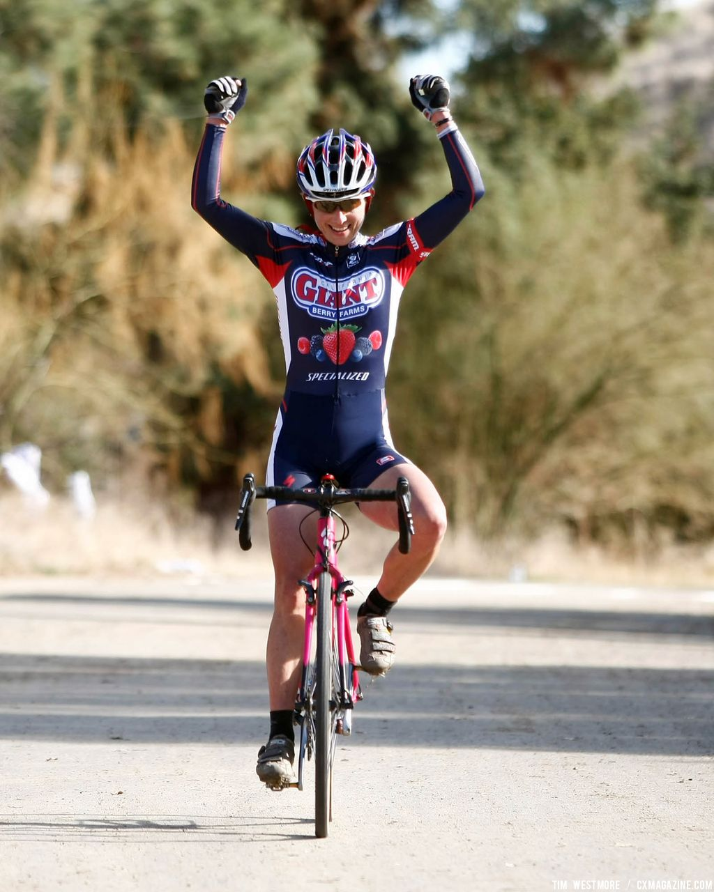 Gina Hall (Cal Giant/Specialized) finishes well ahead of second place © Tim Westmore