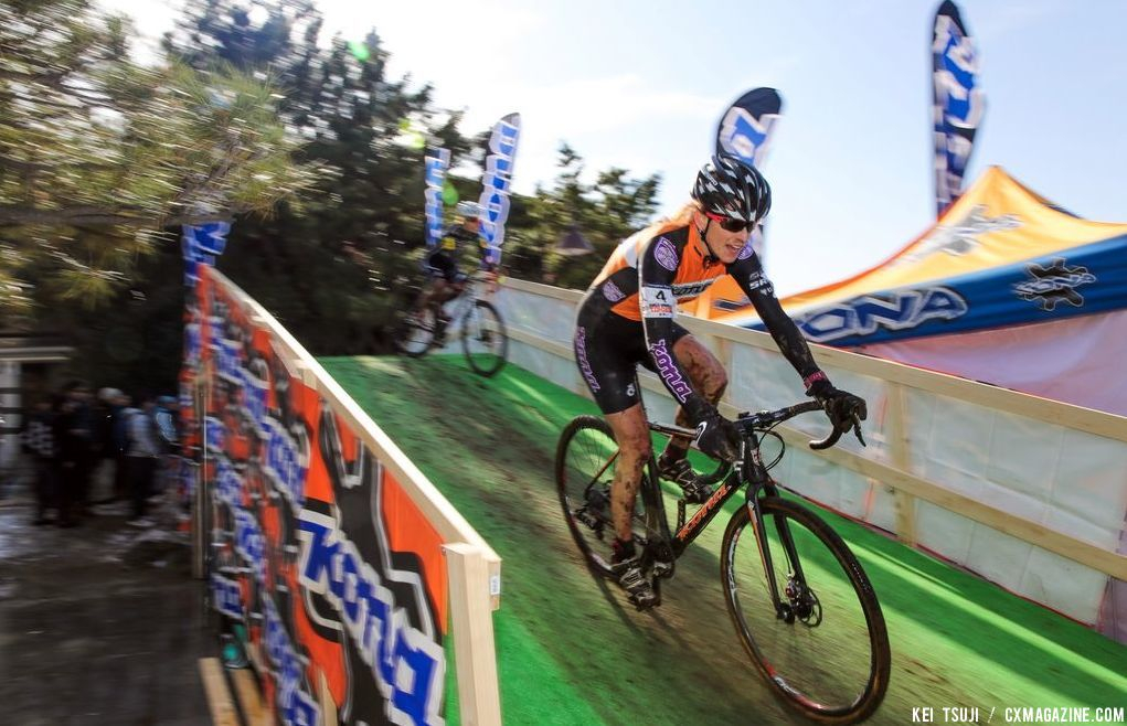 Wendy Simms on the KONA flyover at Tokyo Cyclocross.  © 辻啓/Kei TSUJI