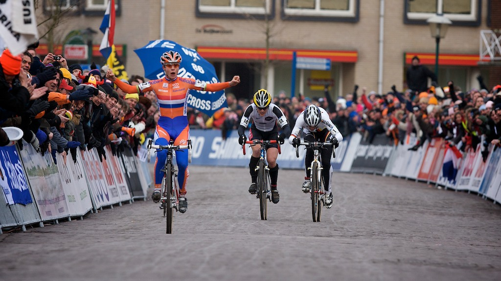 Marianne Vos outkicks Hanka Kupfernagel and Katie Compton in Hoogerheide at the 2009 UCI Cyclocross World Championships. photo: Joe Sales