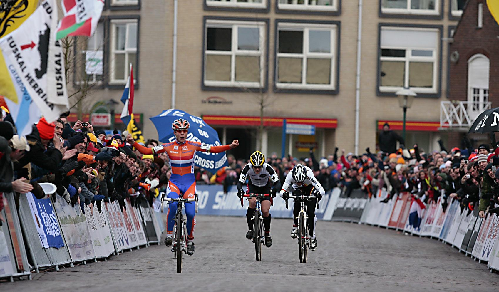 Marianne Vos will attempt to repeat this finish this year at the 2014 UCI Cyclocross World Championships in Hoogerheide, but on Saturday.