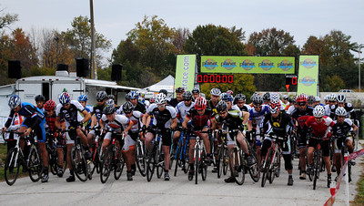 The Men's race gets underway at Major Taylor Velodrome ©Planet Adventure