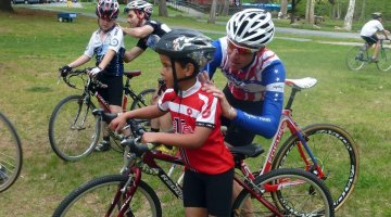 Jeremy Powers and Justin Lindine sign a few autographs after practice. © Cyclocross Magazine