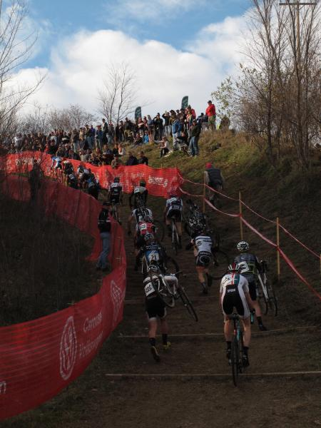 The men head up the hill together in the first lap. © Elisabeth Reinkordt