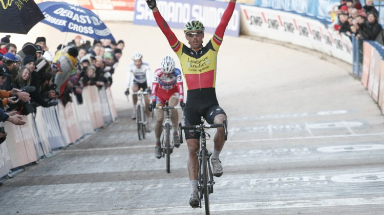Sven Nys win the fourth round of the World Cup Series at Roubaix © Bart Hazen