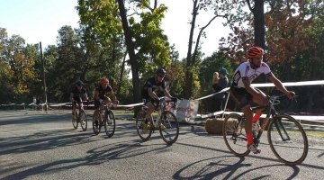 The leaders of the Elite Men's race round the course. © Neil Schirmer