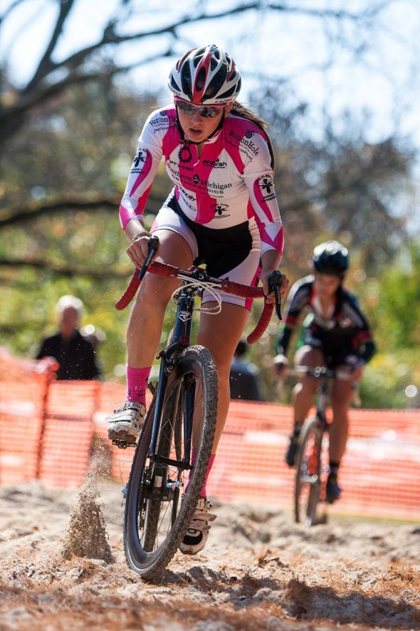 Chloe Dygert (Midwest Velo) closes to Mackenzie Green (Borah) in the sand. © Kent Baumgardt