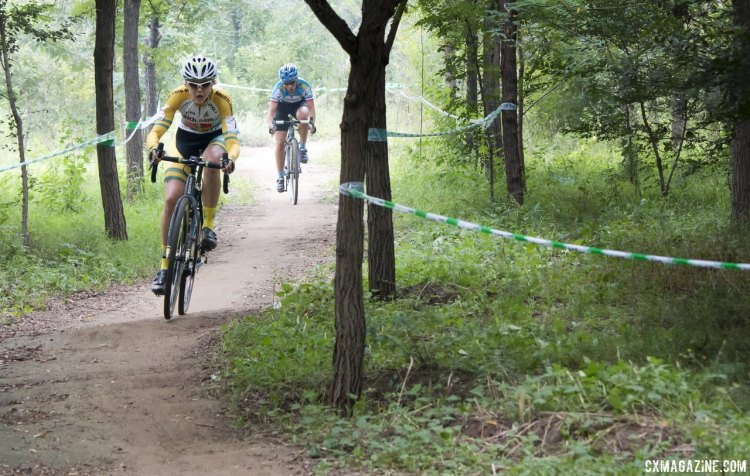 Lisa Jacobs leads Lucie Chainel-Lefevre before Lefevre dropped her chain. © Cyclocross Magazine