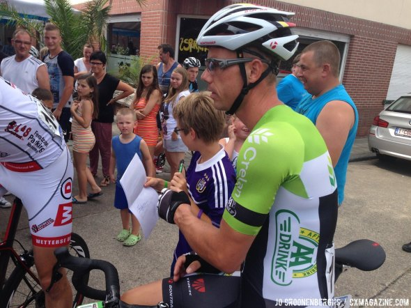 Sven Nys holds off going to the staging area to make time for his fans. © Jo Croonenberghs