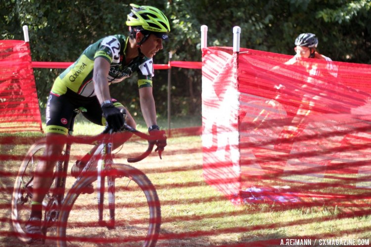One of the fiercest battles in the Women's Elite Field was between Brittlee Bowman and Stacey Barbossa. © Cyclocross Magazine