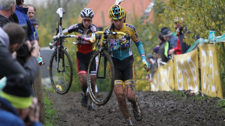 Nikki Harris and Sanne Cant run through the thick mud at Gavere. © Bart Hazen