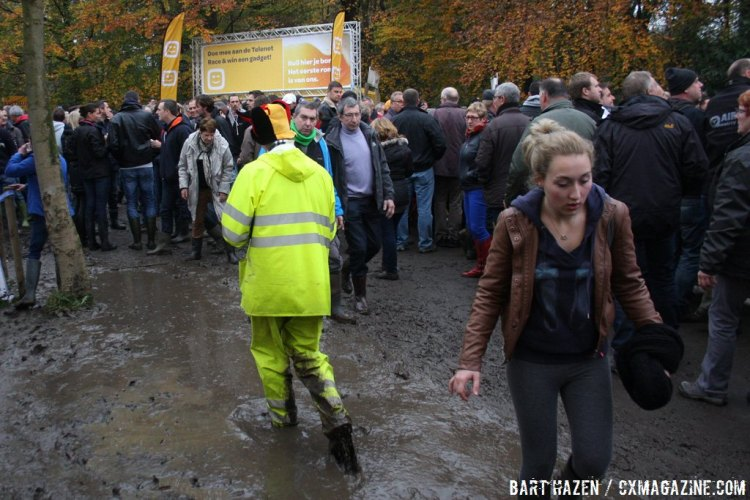 The crowds also encountered muddy conditions on Sunday. © Bart Hazen