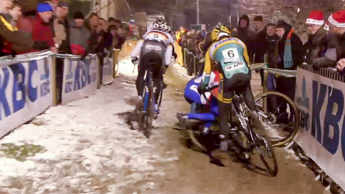 Lars van der Haar crashes in the same corner twice at the 2014 Superprestige Diegem.