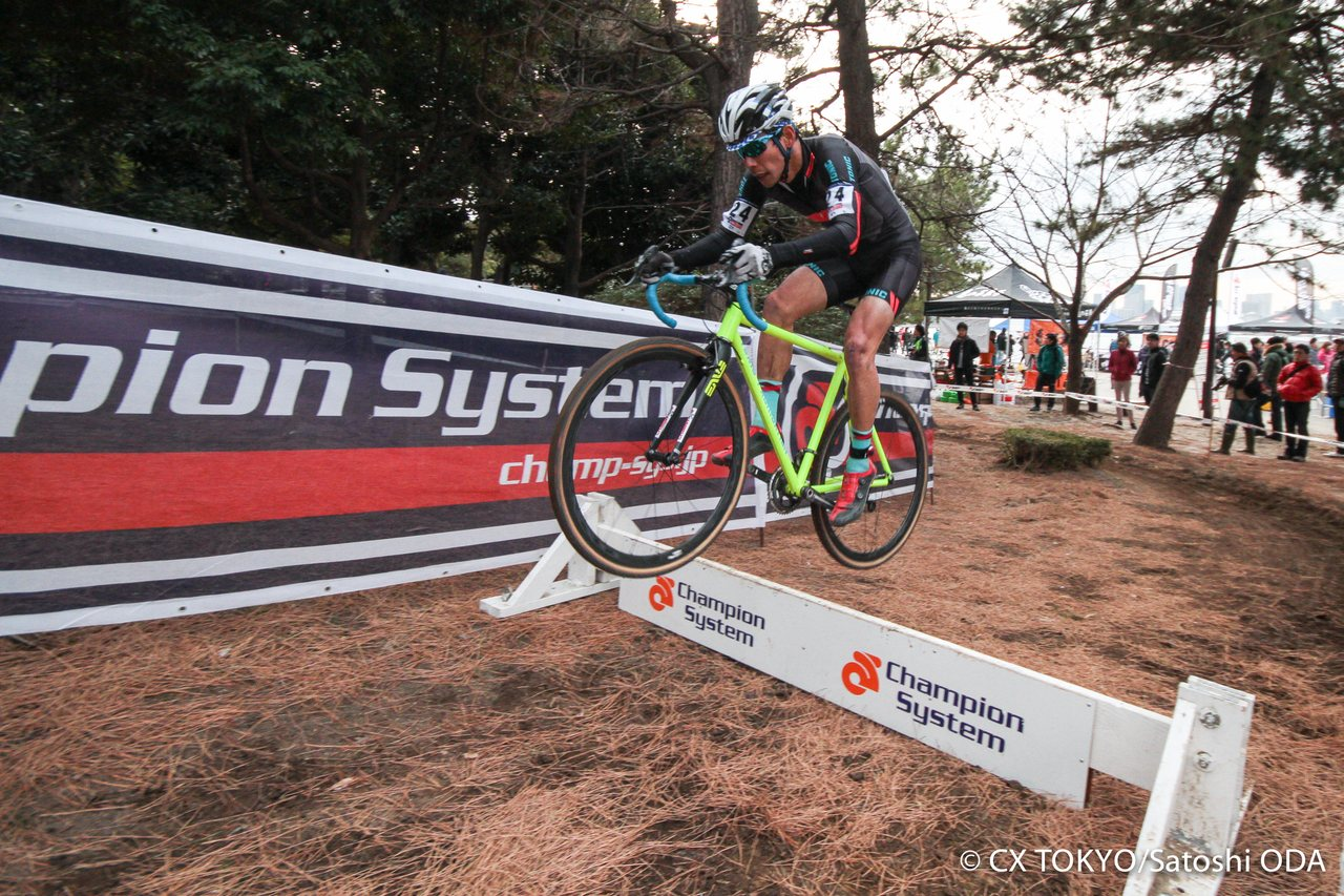 hoppable-bariers-provide-spectacle-2015-tokyo-cyclocross-day-1-satoshi-oda