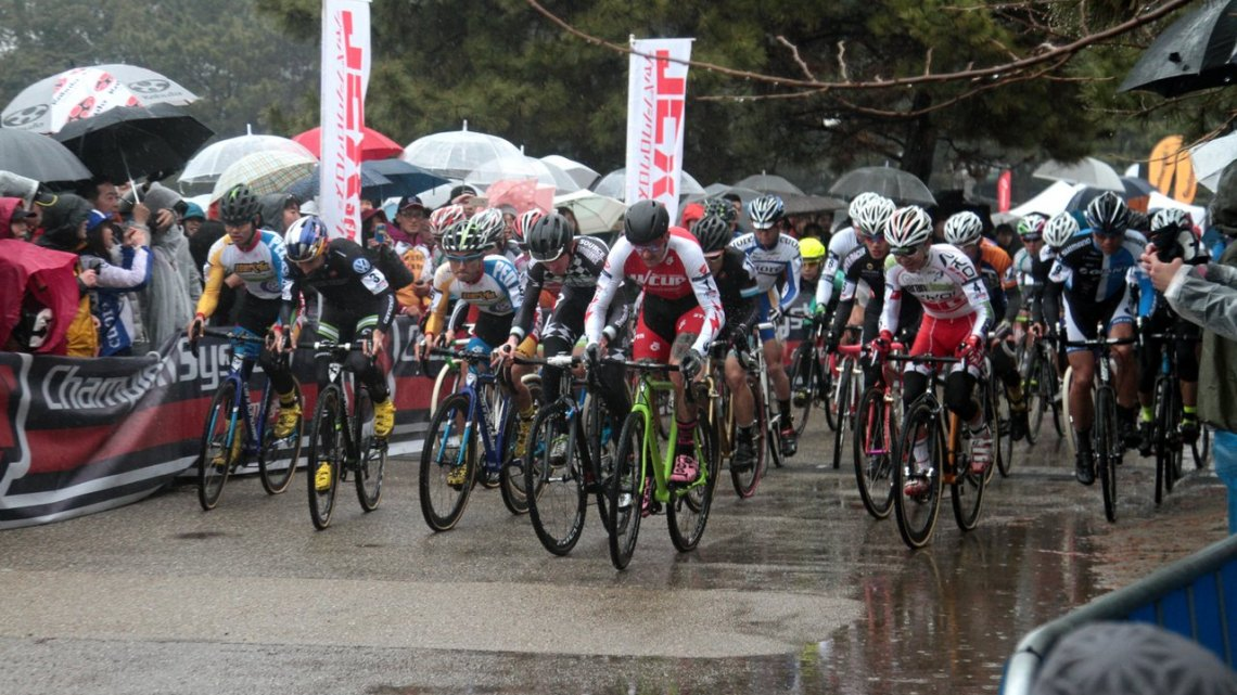 Berden takes off from the start to grab the holeshot at Tokyo Cyclocross. © Satoshi Oda