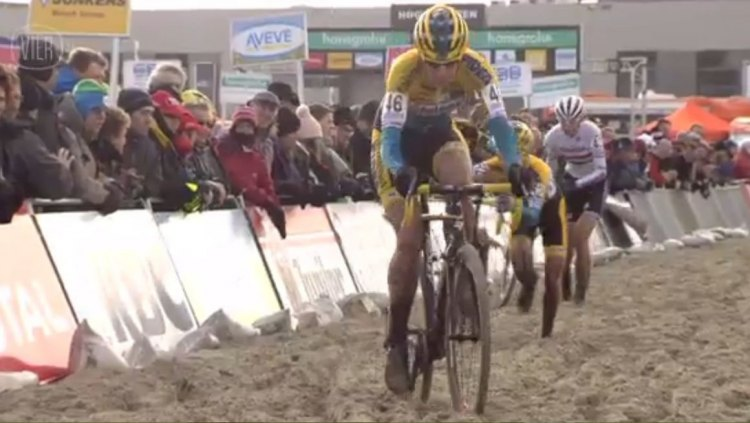 Van Loy leads the chasers through the sand. Photo taken from Vier footage