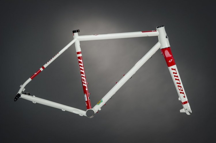 Niner's all-new RLT 9 Steel frame, with the Dirty White/Blood Red color scheme. © Niner Bikes