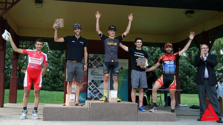 Mike Woods, Antoine Duchesne and Rémi Pelletier-Roy form the podium, completed by James Piccoli and Timothy Rugg, alongside Christian Lettre, mayor per interim of Victoriaville. Photo from Appalachian Classic.
