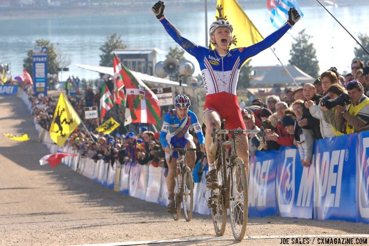 Arnaud Jouffroy holds off a sprinting Peter Sagan in the Junior Men's race at the 2008 Cyclocross World Championships in Treviso, Italy. © Joe Sales / Cyclocross Magazine
